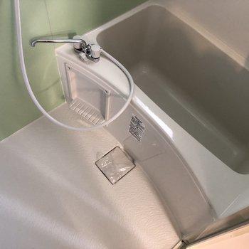 お風呂には癒やし系のアクセントクロスを。