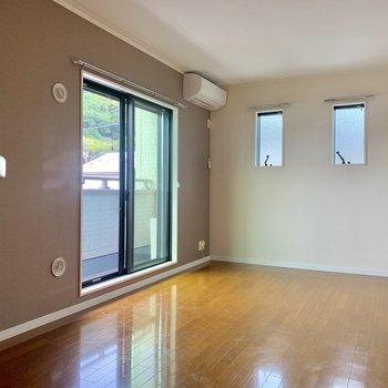 【LDK】ソファーなどのインテリアは小窓の近くかな