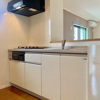 【LDK】キッチンへ。冷蔵庫は左手に置くスペースがありました