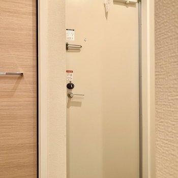 【玄関】内側からはわかりませんが、カードキーです