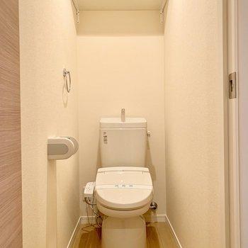 【サニタリー】LDK出て右手のドアがお手洗い。ウォシュレット付きです