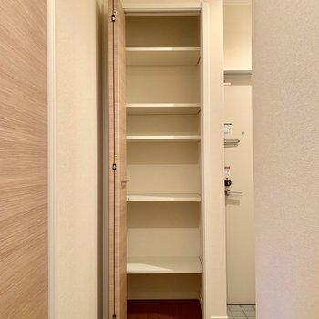 【玄関】玄関は収納が豊富。ここと…