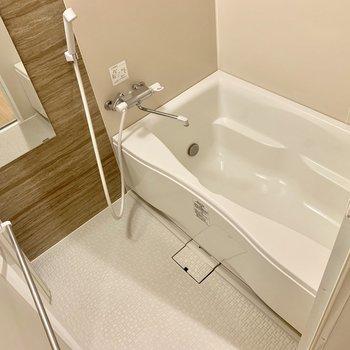 【サニタリー】お風呂にも木目。床の手ざわりも気持ちよい