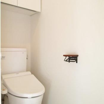 隣は棚付きトイレです!