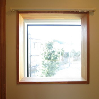 脱衣所に小窓がついており光も入ります!
