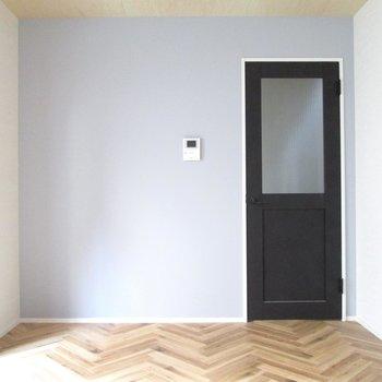 【1F洋室】扉側は水色の壁紙♫