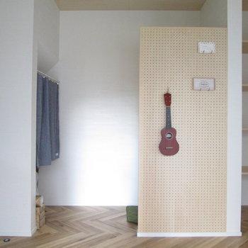 【1F洋室】有孔ボードをオシャレに活用♪※家具はモデルルームとなっています