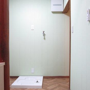 隣のお部屋には洗濯機置場があります。
