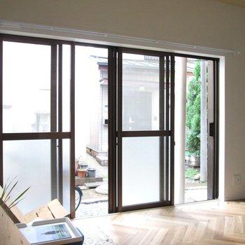 【1F洋室】窓が大きいと風通しがいいですよね〜※家具はモデルルームとなっています