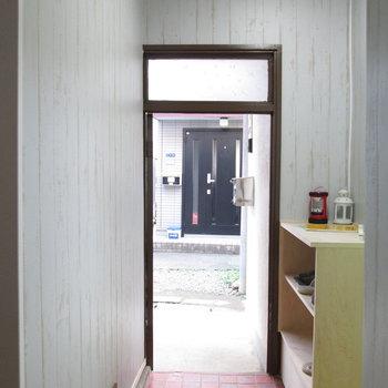 玄関はコンパクトです。