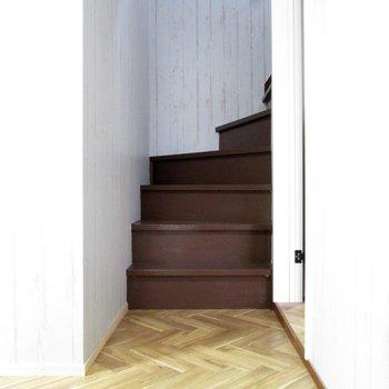 廊下に出て階段に行きましょ〜