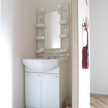 【1F洋室】洗面台もあって便利です。