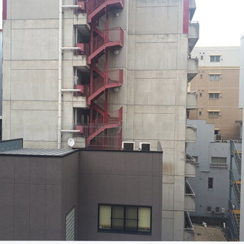 眺望は通りの向こうに建物。