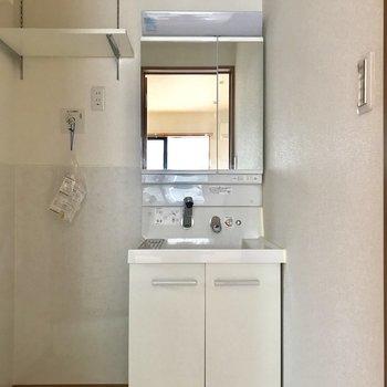 洗面台横に洗濯機。その上に棚が!※写真は2階の同間取り別部屋のものです