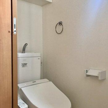トイレに収納あります。※写真は2階の同間取り別部屋のものです