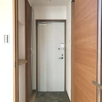 玄関にも棚が!鍵とか置けますね!※写真は2階の同間取り別部屋のものです