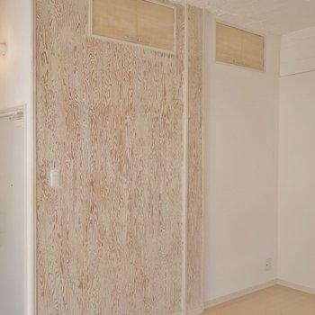 素敵な模様の壁の上にはちっちゃな物入れ※写真は同タイプの別室