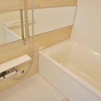 広々したお風呂でリフレッシュ。※写真は401号室のもの