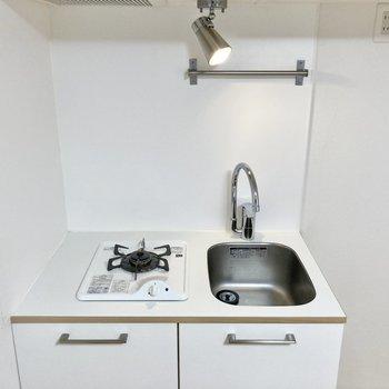 調理台はコンパクトですが、シンクボードを用いてスペースを確保するといいかも〜!