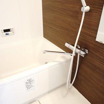 お風呂の壁はウォルナット調。 これは安らぐ。