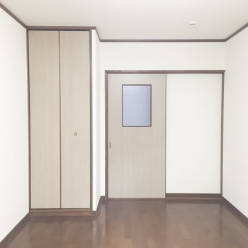 【洋室】ドアは引き戸です。