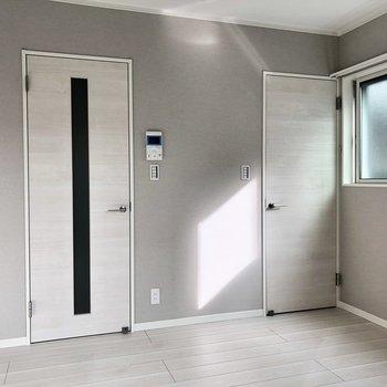 お部屋がシンプルなので、どんな家具にも合いそうです。※写真は1階の反転間取り別部屋・前回募集時のものです