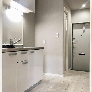 キッチンは廊下にあります。※写真は1階の反転間取り別部屋のものです