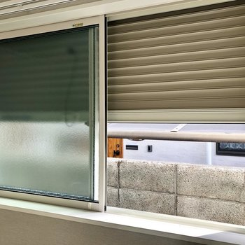 すりガラスに、シャッターも付いていて、プライバシーを守れます!※写真は1階の反転間取り別部屋・前回募集時のものです