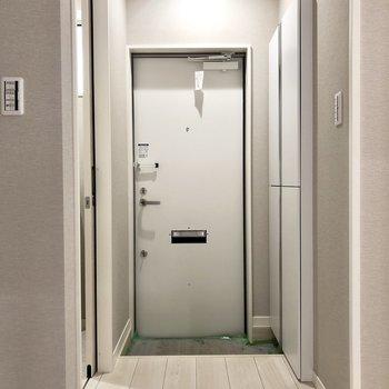 玄関はシンプル。※傷防止のためのシートが貼られています※写真は1階の反転間取り別部屋・前回募集時のものです