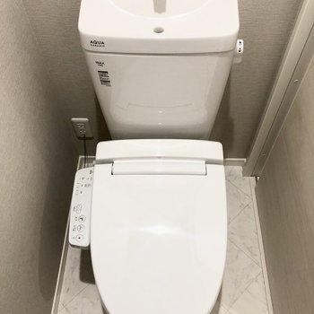 トイレは個室でウォッシュレット付き♩※写真は1階の反転間取り別部屋・前回募集時のものです