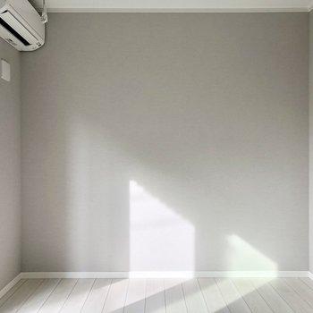 グレーの壁紙で落ち着いた雰囲気です◎※写真は1階の反転間取り別部屋・前回募集時のものです