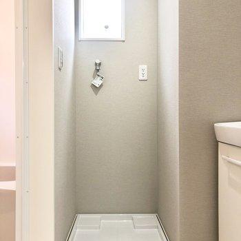 お風呂場のすぐ横に洗濯機置場。動線◎※写真は1階の反転間取り別部屋・前回募集時のものです
