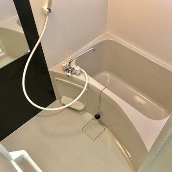 シンプルですがスペースのある浴室