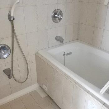 浴室乾燥機付きのおふろです。(※写真は13階の同間取り別部屋のものです)