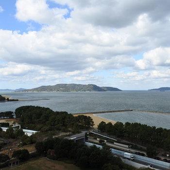 海が見えるよ〜!(※写真は13階の同間取り別部屋のものです)