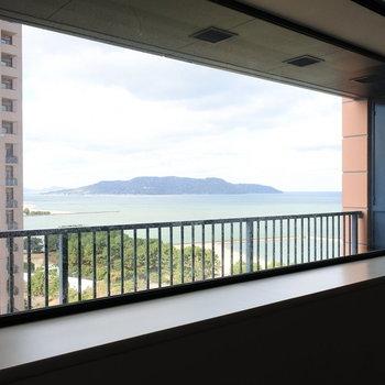大きな窓からはこの眺め!(※写真は13階の同間取り別部屋のものです)