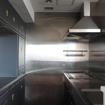 キッチンはレストランの厨房さながら!(※写真は13階の同間取り別部屋のものです)