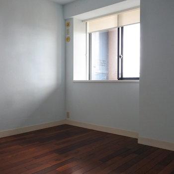 寝室は淡いブルーの壁紙でさわやかに(※写真は13階の同間取り別部屋のものです)