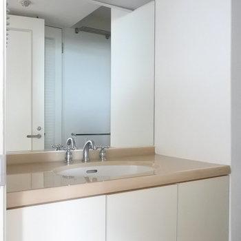 洗面は大きな鏡がついています(※写真は13階の同間取り別部屋のものです)