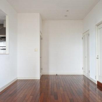 シンプルな白に赤っぽいブラウンが素敵でしょ(※写真は13階の同間取り別部屋のものです)