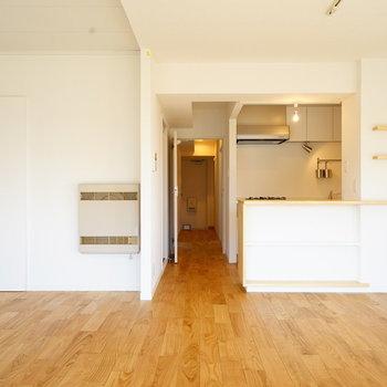 キッチンにには造作カウンターが♪※写真は反転で似た間取りの204号室です
