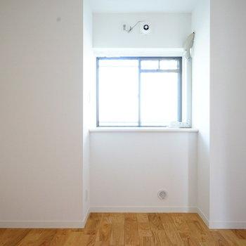 4.5帖の寝室は落ち着いたお部屋に!※写真は反転で似た間取りの204号室です