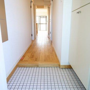 玄関は可愛い白タイルに!※写真は反転で似た間取りの204号室です