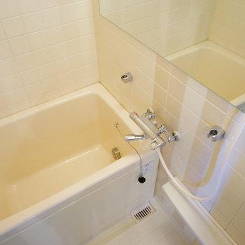 お風呂は追い焚きつき!※写真は反転で似た間取りの204号室です