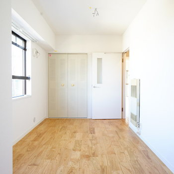 ダブルベッドも置けます♪※写真は反転で似た間取りの204号室です