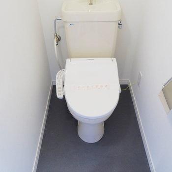 白の便座とグレーの床がいいコントラスト※写真は前回募集時のもの