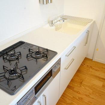 ゆったりキッチンは3口ガス◎※写真は反転で似た間取りの204号室です