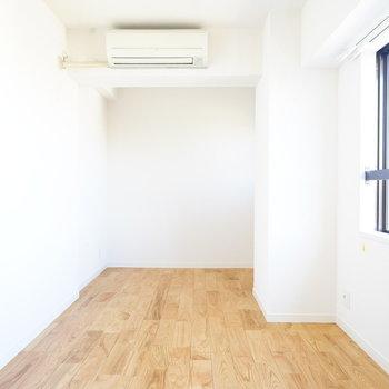 6帖の寝室も明るい!※写真は反転で似た間取りの204号室です