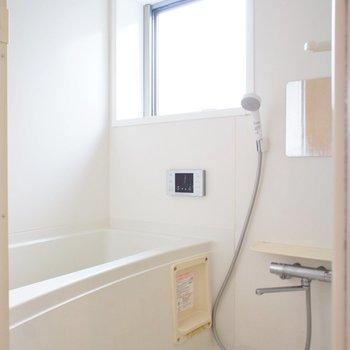 お風呂には窓!乾燥機付。