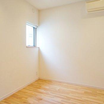 寝室。窓は小さいながらに。